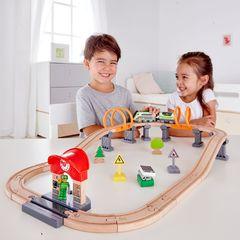 Железная дорога с поездом на солнечных батарейках